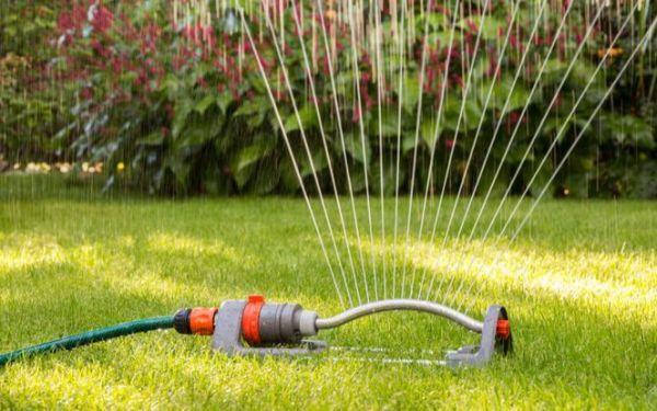 Zraszacze ogrodowe do podlewania trawnika i ogrodu